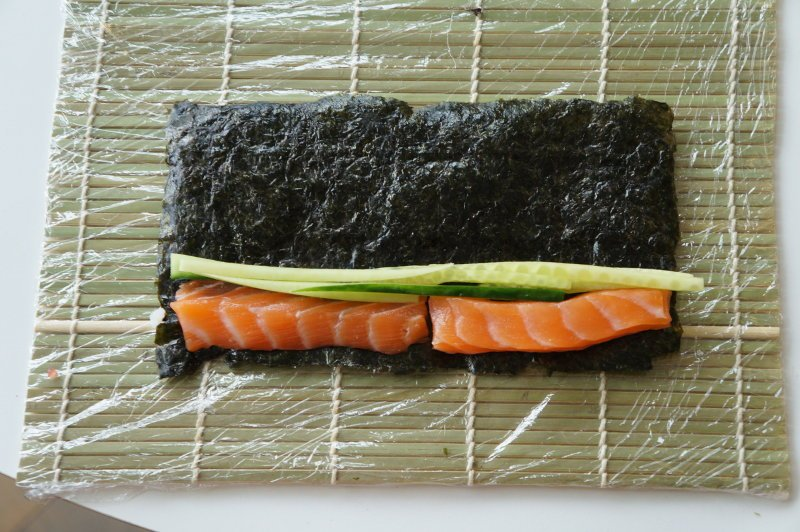 salmon_cucumber_sushi_roll